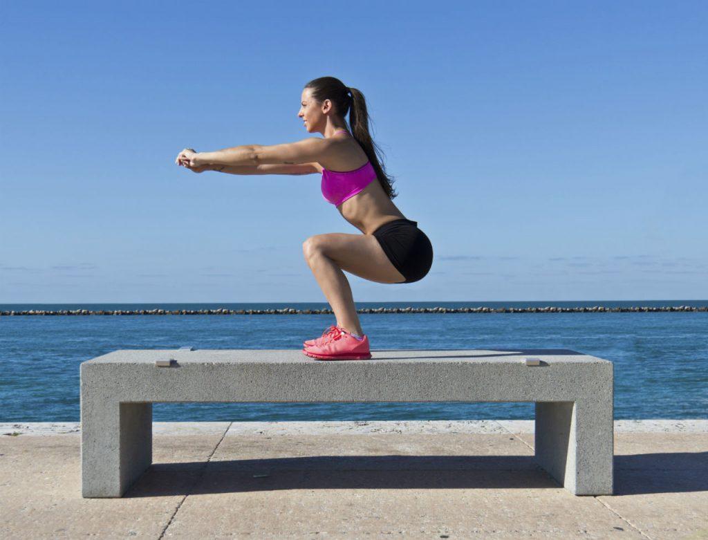 Travail de squats : très classique, cet exercice peut se faire n'importe où. Il tonifie les cuisses de façons exponentielle.