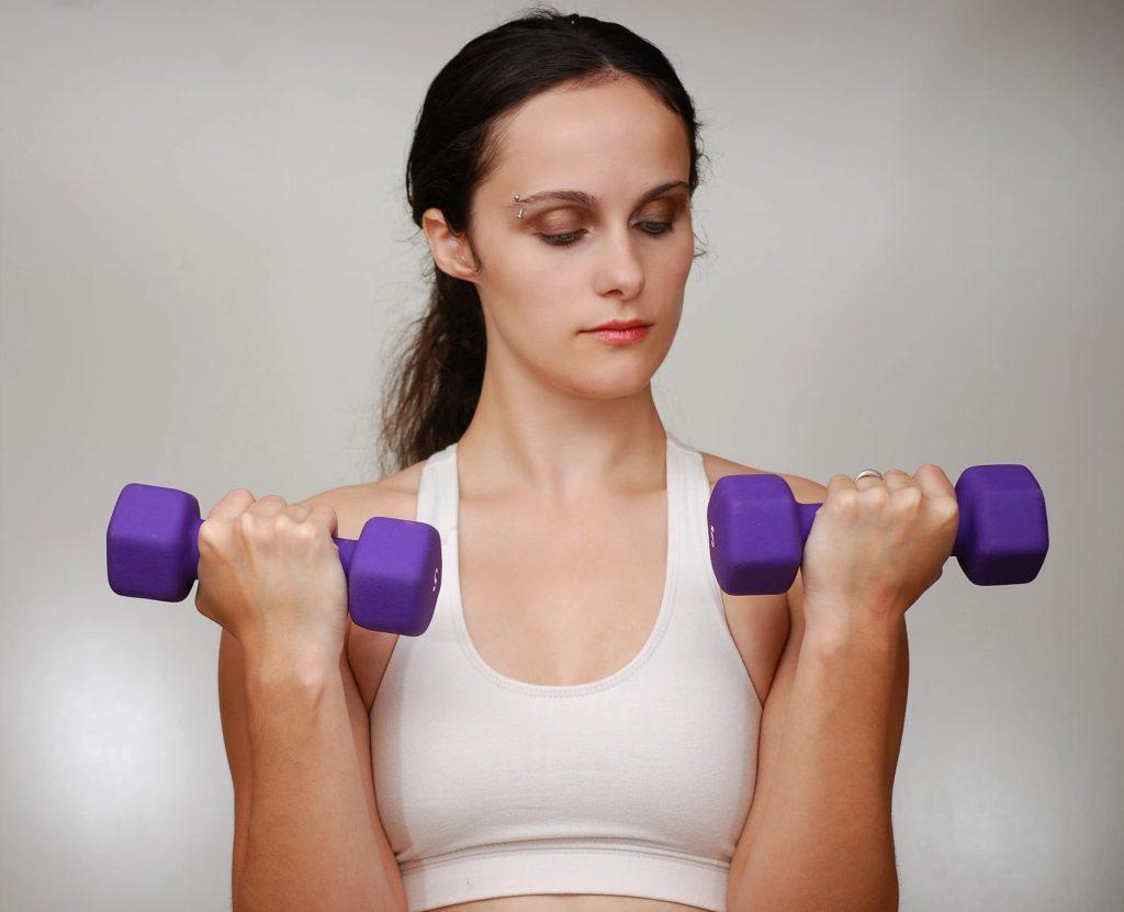 Travail des bras par des exercices de flexion du coude. Ciblage des biceps (muscles de l'avant des bras)